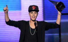 Artista do ano  O Grammy pode até não ter reconhecido o talento de Justin, mas o público fez questão de ressaltar que ele é incrível! Justin foi o maior vencedor do American Music Awards, que rolou em novembro de 2012. Ele ganhou os prêmios de Melhor Artista Pop, Melhor Álbum Pop e Artista do Ano! Merecido =)