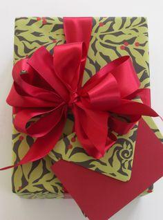 Christmas:    dramatic paper choice   Carolyne Roehm