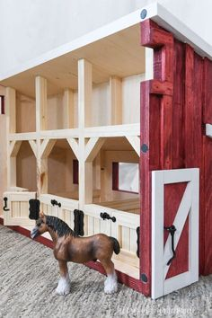 Toy Horse Stable, Horse Stables, Horse Barns, Schleich Horses Stable, Diy Horse Toys, Horse Crafts, Diy Toys, Wooden Toy Barn, Wooden Diy