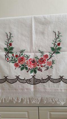 Buzdolabı örtusü Cross Stitch Art, Cross Stitch Flowers, Cross Stitch Designs, Flower Embroidery Designs, Embroidery Stitches, Housewarming Party, Vintage Textiles, Small Flowers, House Warming