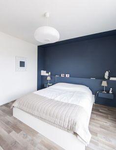 tête de lit diy peinte bleu fonce etagere