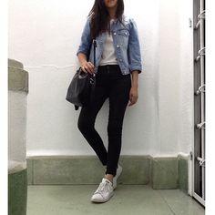 jeans negros, chaqueta de denim, blusa negra y tenis adidas