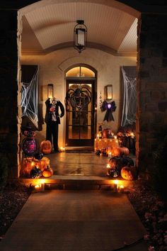 Spooky DIY Halloween Front Porch Decorating Ideas This Fall Have you walked into your home lately? Here are cool and scariest Halloween ideas to delight your neighbors and trick-or-treaters and spice up your front porch decor. Retro Halloween, Spooky Halloween, Porche Halloween, Halloween Veranda, Outdoor Halloween, Holidays Halloween, Happy Halloween, Halloween Party, Spirit Halloween