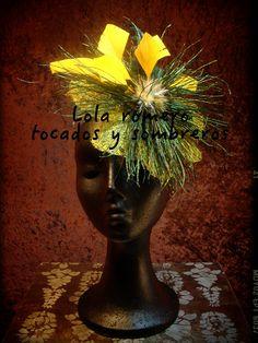 Tocado Flor de Pavo real. Tocado realizado con fibra natural de abaca, plumas de pavo real y pato peladas y cortadas. Elegante y con un toque salvaje.