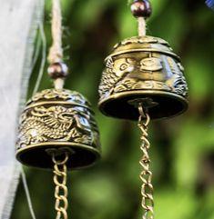 Glücksbringer für den Garten oder für die Wohnung. #geschenkidee #gartendeko #xmas Messing, Decorative Bells, Inspiration, Home Decor, Wooden Signs With Sayings, Wind Chimes, Vase Of Flowers, Embellishments, Biblical Inspiration