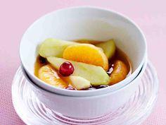 Lämmin hedelmäsalaatti on vitamiinipitoinen jälkiruoka, joka sopii myös brunssille. Tarjoa lämmin hedelmäsalaatti heti sellaisenaan tai vaniljajäätelön kanssa.