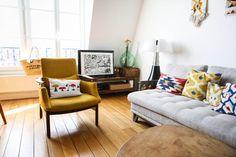 Un séjour lumineux et des couleurs acidulées : de la bonne humeur tous les jours dans la maison ! Lampe Pipistrello par Aulenti