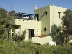 Farbenfrohes, ruhig gelegenes Wohlfühl-Haus mit Pool, free WiFiFerienhaus in Kamilari von @homeaway! #vacation #rental #travel #homeaway Heraklion, Style At Home, Villas, Mansions, House Styles, Free, Home Decor, Houses With Pools, Greece