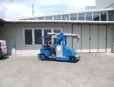 Minidrel 90B Gruniverpal, elektromos önjáró mini daru. Használat különböző iparágakban. Maximális terhelhetőség 9000kg. Lawn Mower, Minion, Outdoor Power Equipment, Lawn Edger, Grass Cutter, Minions, Garden Tools