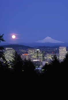 Moon over Portland OR - Want to go back. Didn't get to see enough of that snow-topped mounting rising with a ghostly countenance over her city. Look At The Sky, Small World, Best Cities, Portland Oregon, Pacific Northwest, Seattle Skyline, Greece, Places To Go, The Incredibles