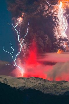 The Red Volcano Lightning Glow - Mother Nature Will Blow Your Mind All Nature, Science And Nature, Amazing Nature, Amazing Art, Beautiful Sky, Beautiful World, Beautiful Places, Cool Pictures, Cool Photos