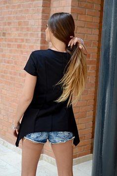 Elegancka asymetryczna bluzka z krótkim rękawem, posiadająca delikatne przeszycia. Oryginalnie zapakowana z kompletem metek wykonana z najlepszych materiałów. Modny design i niepowtarzalny wygląd. Idealna zarówno do codziennych jak i tych bardziej eleganckich stylizacji.
