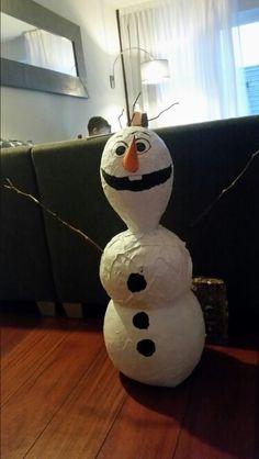 Olaf van Frozen surprise , gemaakt van papier maché.