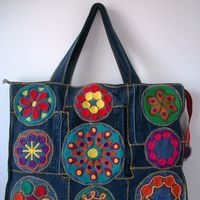 Bag made of jeans and embroidered with woolen threads. With zipper closure and pocket (large . - DIY and crafts - Jean Purses, Purses And Bags, Shabby Chic Stil, Diy Sac, Photo Bag, Denim Ideas, Denim Crafts, Boho Bags, Recycled Denim