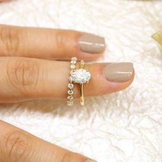 (But in White Gold!) One of the biggest trends we've been seeing lately is a classic solitaire paired with a textured diamond band! We love the way our Medio Naomi ring looks with our classic Dakota solitaire. Vintage Gold Engagement Rings, Wedding Rings Solitaire, Gold Wedding Rings, Bridal Rings, Diamond Bands, Diamond Wedding Bands, Leaf Wedding Band, Swarovski, Ring Verlobung