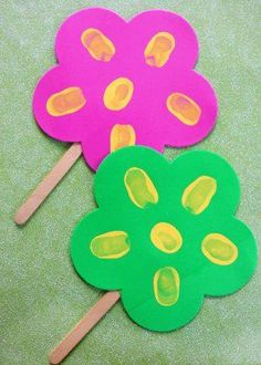 thumbprint popsicle stick flowers craft for kids to make, great for mothers day Cute Kids Crafts, Mothers Day Crafts For Kids, Spring Crafts For Kids, Spring Projects, Craft Projects For Kids, Crafts For Kids To Make, Summer Crafts, Toddler Crafts, Kid Crafts