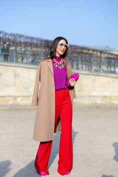 Die Trendfarbe Rot und Lila treffen in diesem Color Blocking Look gekonnt aufeinander. *** ☼ 写真 ஜℓvஜ ✨❁⊰ ~♥~ MO Apr 2018 ~♥~ ⊱⛩☮️☸️ॐ⛩✨❁↠ ஜℓvஜ ☼ Color Blocking Outfits, Colour Blocking Fashion, Boho Mode, Mode Chic, Fashion Week Paris, Fashion Weeks, Street Fashion, Look Fashion, Fashion Outfits