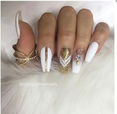 Even though most of us can not afford diamond rings or statement necklaces, we can definitely add diamonds to our nails! Check these chic diamond nails designs. Diamond Nail Designs, Diamond Nail Art, Nail Art Designs, Nails Design, Matte Nails, Stiletto Nails, Coffin Nails, Acrylic Nails, Fancy Nails