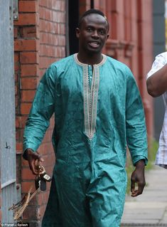 Liverpool attacker Sadio Mane has been pictured cleaning the toilets and wudhu area of a mosque just hours after scoring in his side's Premier League win over Leicester. Liverpool Anfield, Liverpool Football Club, Messi Vs Ronaldo, Cristiano Ronaldo, Sadio Mane, Real Madrid Wallpapers, Messi Soccer