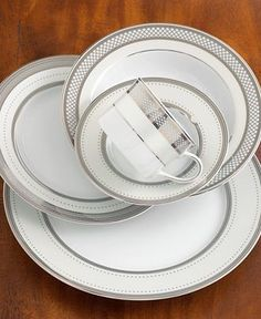 Bands of platinum, an intricate basketweave pattern and dotted accents on gleaming china combine for a distinctly luxurious sensibility on Lauren by Ralph Lauren's Silk Ribbon Pearl place settings col Ralph Lauren, Place Settings, Table Settings, Fine Dining, Dining Set, Dinner Sets, China Patterns, Elegant Homes, Decoration Table