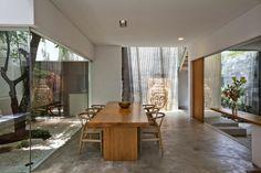 Khung kính biến ngôi nhà trở nên hiện đại và rộng rãi hơn, xóa bỏ biên giới giữa phòng và vườn