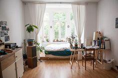 Geräumiges WG-Zimmer mit Bett im Erker und dadurch viel Sonneneinstrahlung und Licht. Wohnen in Hannover. #Hannover #WG #WGZimmer