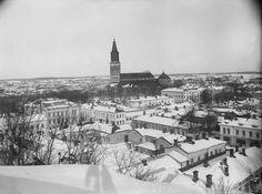 Näköala Vartiovuorelta  Schoultz kuvasi talvisen maiseman Vartiovuorelta 1900-luvun alussa. Kuvan keskiöön asettuu Turun tuomiokirkko, mutta kaupungin muutakin rakennuskantaa näkyy laajasti. Etualalla on matalia puutalokortteleita, mutta Hämeenkadun ja tuomiokirkon välissä on myös useita kivitaloja. Valokuvaaja Schoultzin varjo näkyy kuvan etualalla.