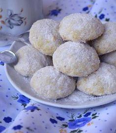 Bögrés diós kekszek – puhák, omlósak! A mérce a szokásos 2,5 dl-es bögre! :-) Hozzávalók: – 1 kocka Rama (25 dkg) – 1 bögre porcukor – 1 teáskanál sütőpor – 1 teáskanál szódabikarbóna – 3 bögre liszt – másfél bögre darált dió – 1 tojás + porcukor a hempergetéshez Hungarian Desserts, Hungarian Recipes, Cookie Recipes, Dessert Recipes, Good Food, Yummy Food, Sweet And Salty, Sweet Recipes, Food To Make