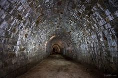 Drevenými schodmi zídeme k tmavému vchodu, cez ktorý kvapká voda. Potom nasleduje trištvrte hodinová cesta tou najčernejšou tmou. A napokon svetlo na konci tunela – nádherná príroda Gemera.