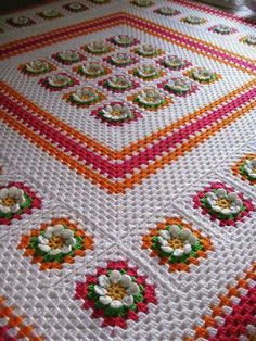 Queen size flower blanket ~~ no pattern, but I can do this by looking at picture. Crochet Bedspread, Crochet Tablecloth, Crochet Blanket Patterns, Baby Blanket Crochet, Crochet Baby, Crochet Blankets, Crochet Home, Love Crochet, Crochet Flowers