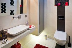 Łazienka: kamień i biało-czarne płytki. Mała łazienka z pomysłem
