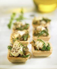 Tartaletas con bacalao, pimiento y alioli.