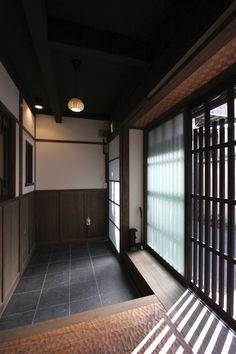 東に、夢世界のような花街、祇園。西に、京の自然美、鴨川・高瀬川。南に、日本庭園に目を奪われる、建仁寺。北に、路地に町家がひしめく、先斗町。京の歴史・風情を四方に抱く贅沢な環境の、路地奥の街並みに「侘び寂び」ある外観。室内には、大正期を偲ばせるデザインガラス。伝統とモダンが美しく混ざり合う心地良い空間をお楽しみください。