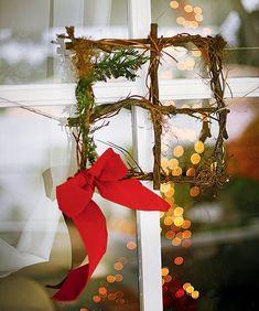 Modelo quadrado feito pela La Calle Florida tem raminhos e laço de fita #christmas #natal #navidad | Christmas decor (Foto: Rogério Voltan/Editora Globo)