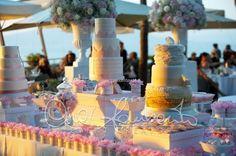 Confettata romantica all'aperto di un matrimonio primaverile in costiera