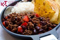 Potrawa z mielonego mięsa i fasoli z ryżem i tortillą. Kuchnia meksykańska, kuchnia hiszpańska, danie z fasoli.