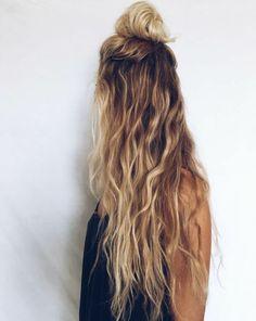meche blonde, cheveux longs bouclés, débardeur été noir, couleur blonde, demi bun, fille blonde
