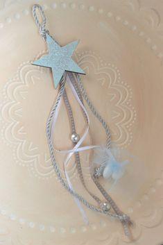 Μπομπονιέρα για βάπτιση αγοριού ξύλινο αστέρι με γκλίτερ. Ζωγραφισμένη στο χέρι και διακοσμημένη με ασημί κορδόνι και ασημί berries.