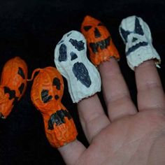 Eat some peanuts and paint the shells, white for ghosts, orange for pumpkins. The perfect kids' finger puppet size.
