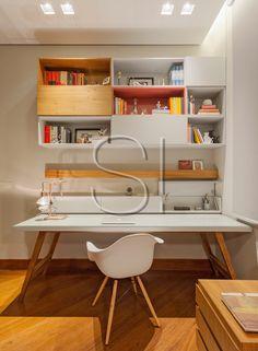 Escrivaninha projetada para este ambiente escritório em um apartamento! Estante em madeira e lacas rosa e cinza!