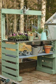 Amazing Shed Plans DIY garden potting table using pallets old sink Romppala - Lindan pihalla - Now You Can Build ANY Shed In A Weekend Even If You've Zero Woodworking Experience! Start building amazing sheds the easier way with a collection of shed plans! Pallet Exterior, Outdoor Pallet Projects, Diy Pallet, Pallet Wood, Wood Pallets, Pallet Ideas For Outside, 1001 Pallets, Old Sink, Potting Tables