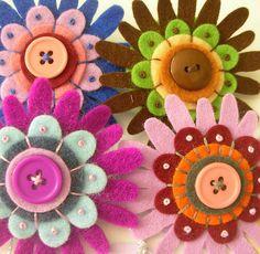 Nog een paar bloemen gemaakt van vilt en knopen.
