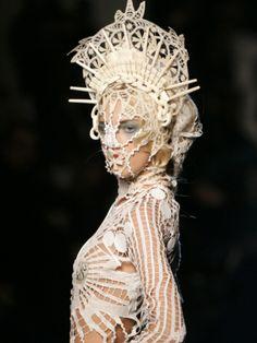 Le mannequin porte intéressante création par le couturier français Jean-Paul Gaultier <3    TRANSLATION:  Model wears interesting creation by french fashion designer Jean-Paul Gaultier