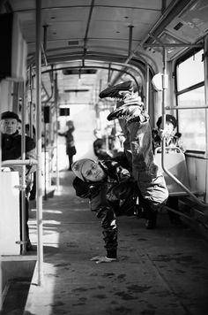 Le B-Boy Lilou donne ses astuces pour se mettre à danser, tester le baby freeze, le six step, le four step, et la coupole. Dans Phosphore, en juillet 2013.