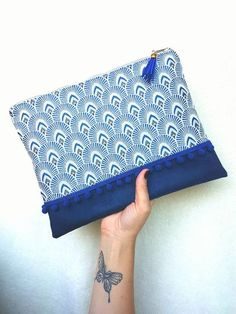 Maxi pochette NAVY faite main bi-matière en jacquard motifs plumes de Paon et en suédine bleu marine. Pompon. Sac à main, étui de rangement. de la boutique LNHKcreations sur Etsy
