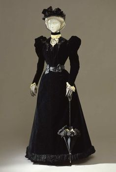 Black silk velvet walking dress in two parts (bodice and skirt), by Atelier Mrs. Donovan, New York, c. at the Pitti Palace Costume Gallery. Via Europeana Fashion. Elisabeth in the Gate Trilogy 1890s Fashion, Edwardian Fashion, Vintage Fashion, Edwardian Era, Victorian Era, Vintage Gowns, Vintage Outfits, Viktorianischer Steampunk, Retro Mode