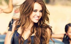 Brown hair with caramel highlights Summer Hairstyles, Cute Hairstyles, Brown Hair With Caramel Highlights, Color Rubio, Wallpaper Free Download, Miley Cyrus, Her Hair, Gossip, Health And Beauty