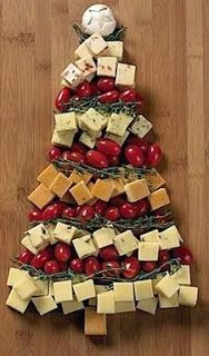party style: xmas in july :: veggie tray Veggie Platters, Veggie Tray, Christmas Appetizers, Christmas Treats, Cheese Tree, Dessert Tray, Theme Noel, Christmas In July, Beach Christmas