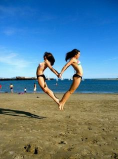beach + a sister and/or bff = :) Photos Bff, Best Friend Photos, Best Friend Goals, Bff Pics, Friend Pics, Best Friend Photography, Creative Photography, Photography Poses, People Photography
