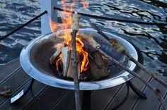Steckerlbrot auf dem Bunbo. Foto: Mathias Kochert #Bunbo #Hausboot #Hausbootverleih #Feuerschale #Steckerlbrot #Brandenburg #Familie #Bunboland